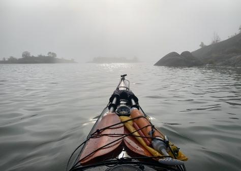 Kajak i dimman över Långviksskär