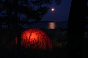 Tält i månsken i Stockholms skärgård
