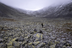 En person vandrar i blockterräng i Rondane nationalpark, Norge
