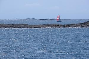 Segelbåt bland yttre skären i Gryts skärgård