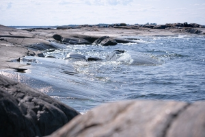 Vågor sveper mot klipporna i Gryts skärgård
