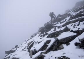 En person vandrar upp på Vinjeronden, Rondane nationalpark, Norge