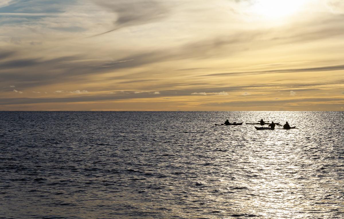 Kajakpaddlare vid horisonten