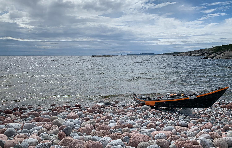 Kajak på stenstranden på Trysunda, Höga kusten