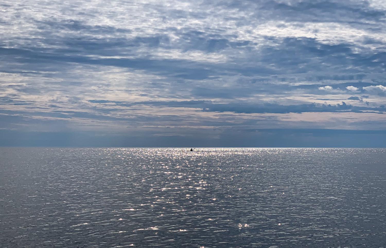 Kajakpaddlare mot horisonten