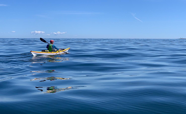 Havkajakpaddling över ett stilla Ålands hav