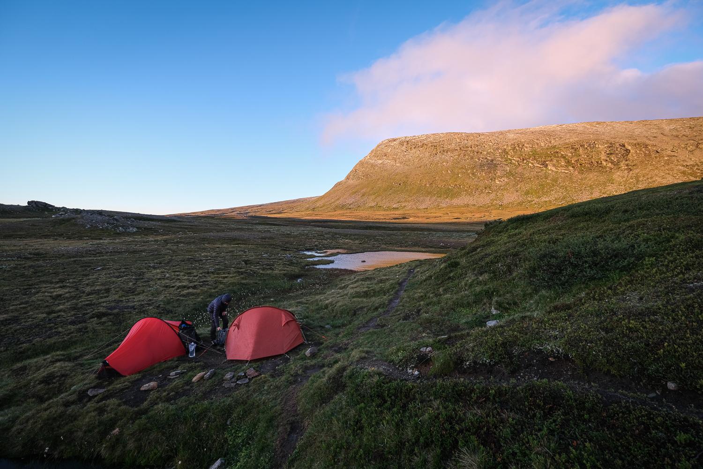 Två tält i gryningen vid foten av Helagsfjället