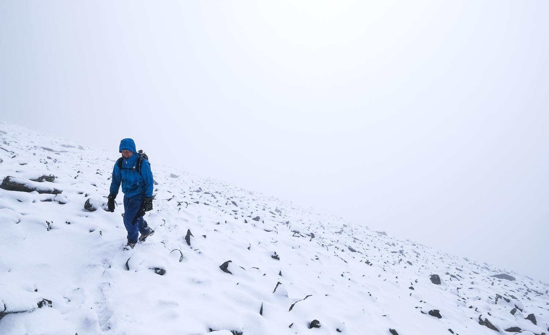 En person vandrar leden upp mot toppen på Helagsfjället