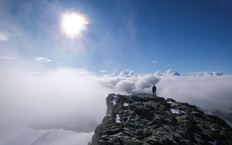 En person står på toppen av fjället Storsylen, Jämtlandsfjällen