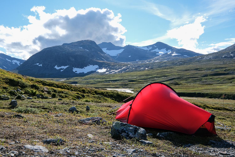 Tält i eftermiddagssol vid foten av Sylarnamassivet, Jämtlandsfjällen
