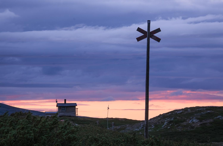 Silhouette av ett ledkryss och vindskyddet vid Mieskentjakke